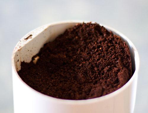 Chuẩn bị bã cà phê trồng nấm kim châm