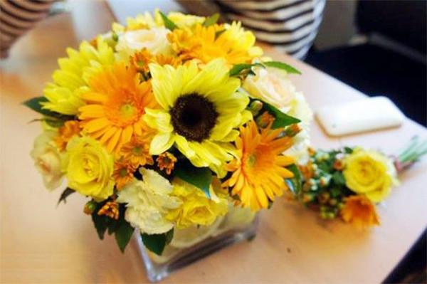 Cắm hoa cúc vào bình hoa vuông